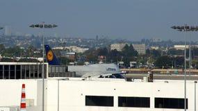 LOS ANGELES, CALIFORNIË, VERENIGDE STATEN - OCT 8, 2014: Lufthansa JumbodieJet Boeing 747 vliegtuig bij Internationaal La wordt g stock fotografie