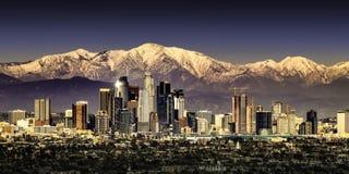 Los Angeles California con le montagne ricoperte neve fotografie stock libere da diritti