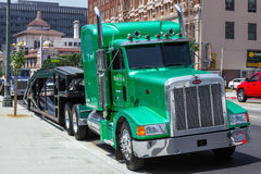 LOS ANGELES, CALIFORNIA/USA - JULY 28 : Big green rig in Los Angeles on July 28, 2011 stock images