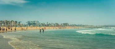 Los Angeles/California/USA - 07 22 2013: Panoramablick an den Leuten, die im Ozean schwimmen stockfotografie