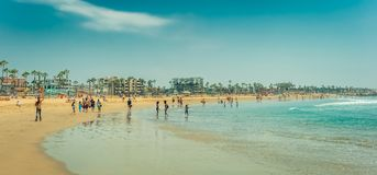 Los Angeles/California/USA - 07 22 2013: Panoramablick an den Leuten, die im Ozean schwimmen lizenzfreies stockfoto