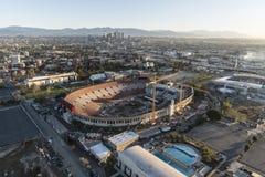 Los Angeles Coliseum och i stadens centrum flyg- sikt royaltyfria foton