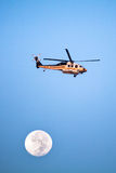 Los Angeles County brandhelikopter och fullmåne Arkivbild