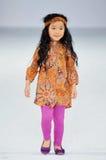 Los Angeles - 13 de março: Caminhadas de um modelo da criança a pista de decolagem no desfile de moda 2013 do inverno da queda de  Fotos de Stock Royalty Free