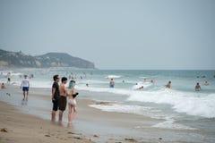 LOS ANGELES, de V.S. - 3 AUGUSTUS, 2014 - mensen op het zandige strand van Zuma Royalty-vrije Stock Afbeeldingen