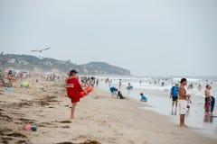 LOS ANGELES, de V.S. - 3 AUGUSTUS, 2014 - mensen op het zandige strand van Zuma Royalty-vrije Stock Fotografie