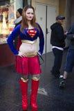 LOS ANGELES DECEMBER25th: Nicht identifiziertes Mädchen gekleidet als Supermädchen Stockbild