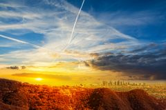 Los Angeles del centro sotto un cielo variopinto al tramonto immagini stock