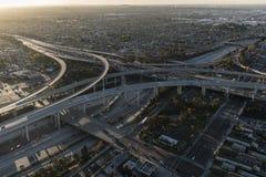 Los Angeles 105 e 110 autostrada senza pedaggio Dawn Aerial Fotografia Stock