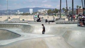 LOS ANGELES, LOS E.E.U.U. - 11 DE MAYO DE 2019: Parque del patinador en la playa almacen de video