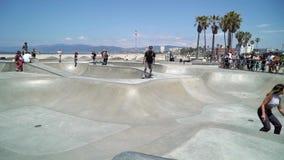 LOS ANGELES, LOS E.E.U.U. - 11 DE MAYO DE 2019: Parque del patinador en la playa metrajes