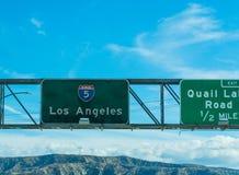 Los Angeles firma dentro 5 da uno stato all'altro diretti a sud Immagini Stock Libere da Diritti