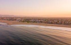 Los Angeles flyg- soluppgång vid havet royaltyfria bilder