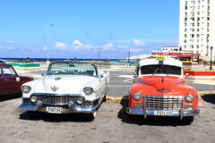 Los Angeles Habana Kuba, Listopad 14th 2014, -: Starzy amerykańscy samochody zapewniają taxi usługa wszystko wzdłuż miasta turyst Obrazy Stock