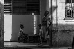 Los Angeles Hawański, Kuba, kubańskie portret serie, stara kobieta z dwa dziewczynami na plecy Zdjęcie Royalty Free