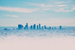 Los Angeles horisont med dess skyscrappers från Hollywood Hil royaltyfria bilder