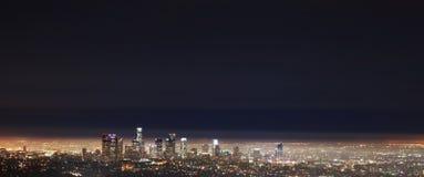 Los Angeles - i stadens centrum nattsikt för LA från Griffith Arkivbilder