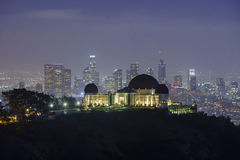 Los Angeles i stadens centrum nightscape med Griffin Observatory Arkivbild