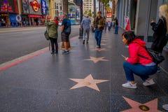 Los Angeles, Kalifornia, usa, CZERWIEC, 15, 2018: Niezidentyfikowani turyści pozuje obrazki w spacerze sława w Los i bierze zdjęcie royalty free