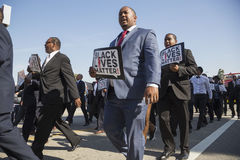 Los Angeles, Kalifornia, usa, Styczeń 19, 2015, 30th roczny Martin Luther King jr Królestwo dnia parada, mężczyzna chwyt podpisuj Obraz Royalty Free