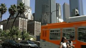 LOS ANGELES KALIFORNIEN, USA - MAJ 31, 2014: Gångare korsar gatan i det Los Angeles centret på Maj 31, 4K, UHD, svart magi Royaltyfria Bilder