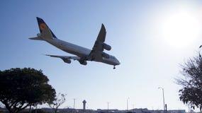 LOS ANGELES, la CALIFORNIE, Etats-Unis - 9 octobre 2014 : Débarquement montré par D-ABYP de Lufthansa Boeing 747-8 MSN 37839 peu  Image libre de droits