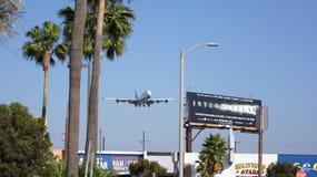 LOS ANGELES, la CALIFORNIE, Etats-Unis - 9 octobre 2014 : Débarquement montré par D-ABYP de Lufthansa Boeing 747-8 MSN 37839 peu  Image stock