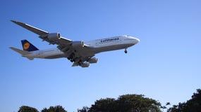 LOS ANGELES, la CALIFORNIE, Etats-Unis - 9 octobre 2014 : Débarquement montré par D-ABYP de Lufthansa Boeing 747-8 MSN 37839 peu  Photo libre de droits
