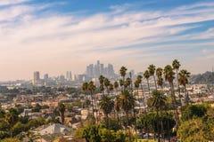 Los Angeles linia horyzontu przy zmierzchem z drzewkami palmowymi w przedpolu obraz stock