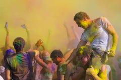 Leute feiern Holi Festival von Farben Lizenzfreies Stockbild