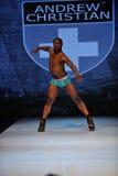 Los Angeles - mars 12: En manlig modellerar går landningsbanan på modeshowen 2013 för den Andrew den kristna nedgångvintern Arkivbild