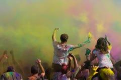 Folket firar den Holi festivalen av Colors Royaltyfri Fotografi
