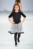 Los Angeles - 13 marzo: Un modello cammina la pista alla sfilata di moda 2013 dell'inverno di caduta di Es+ es Fotografia Stock Libera da Diritti