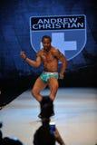 Los Angeles - 12 marzo: Un modello maschio cammina la pista alla sfilata di moda cristiana 2013 dell'inverno di caduta di Andrew Immagine Stock