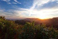 Los Angeles, mening van Griffith Park bij de Hollywood-heuvels bij zonsondergang, zuidelijk Californië Stock Foto's
