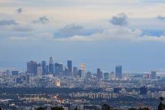 Los Angeles parkerar i stadens centrum horisont från den Getty sikten Arkivfoton