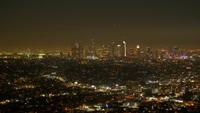 Los Angeles por la noche - visión aérea desde el Hollywood Hills almacen de metraje de vídeo