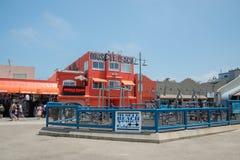 LOS ANGELES, U.S.A. - 5 agosto 2014 - esercizio dell'uomo di colore in spiaggia del muscolo in spiaggia di Venezia Immagini Stock