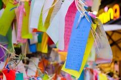 Los Angeles USA - Augusti 8, 2016: Önskaen skriver på litet färgpapper, i att önska trädet på lilla Tokyo, berömt dragningsställe Royaltyfri Bild