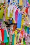 Los Angeles USA - Augusti 8, 2016: Önskaen skriver på litet färgpapper, i att önska trädet på lilla Tokyo, berömt dragningsställe royaltyfri fotografi