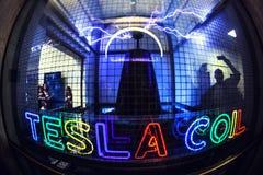 LOS ANGELES, usa - Grudzień 2016: Tesla zwitki eksperyment przy Griffith obserwatorium, Los Angeles fotografia royalty free