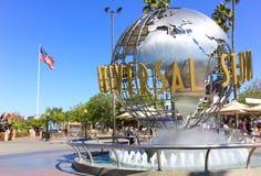 Los Angeles USA - Oktober 13: Universellt Studion symbol framme av det Hollywood för universell studio nöjesfältet på Oktober 13, Arkivbild