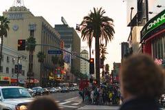 LOS ANGELES, usa - PAŹDZIERNIK 31ST, 2018: Tłumu czekanie krzyżować ruchliwie skrzyżowanie zdjęcia royalty free