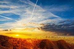 Los Angeles van de binnenstad onder een kleurrijke hemel bij zonsondergang stock afbeeldingen