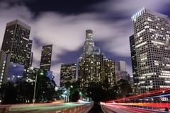 Los- Angelesim stadtzentrum gelegenes LA mit Heckleuchtespur Stockfotos