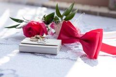 Los anillos, corbata de lazo y subieron Imagen de archivo libre de regalías