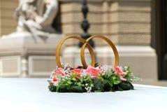 Los anillos de bodas adornan una azotea de la limusina Imágenes de archivo libres de regalías