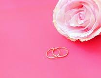 Los anillos de bodas con se levantaron Foto de archivo