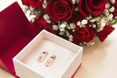 Los anillos de bodas con se levantaron Foto de archivo libre de regalías