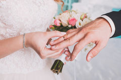 Los anillos de bodas del intercambio de los pares Foto de archivo libre de regalías